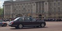 Královna před Buckinghamským palácem.jpg